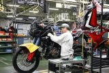 honda-africa-twin-1000-crf-crf1000l-adventure-dual-sport-motorcycle-bike-review-specs-production-line-dct-auto- (15)